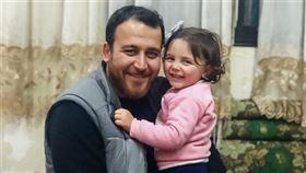 敘利亞父親的苦心 3歲女童不怕爆炸聲 (圖/翻攝自推特)