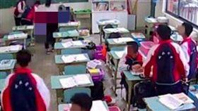 15歲國中生不爽被罰站!磚塊狠砸頭9下…老師教室噴血亡(圖/翻攝自微博)