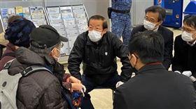 駐日代表謝長廷19日赴日本橫濱碼頭接鑽石公主號台人。(圖/翻攝謝長廷臉書)