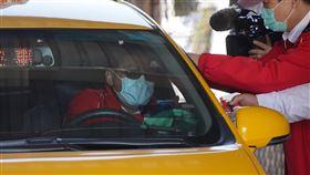 小黃業者加強管控司機額溫(1)因應武漢肺炎疫情,一家計程車業者針對進入車行的司機進行額溫量測、酒精消毒等防疫工作。中央社記者徐肇昌攝  109年2月19日