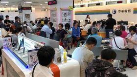 台灣5G將在2020年開台,市場傳出,2018年5月引爆銷售熱潮的499雙飽方案,近期在檯面下悄悄捲土重來,以遠傳和台灣大最為積極,避免客戶流失。圖為2018年民眾湧入中華電信門市申辦499方案。(中央社檔案照片)