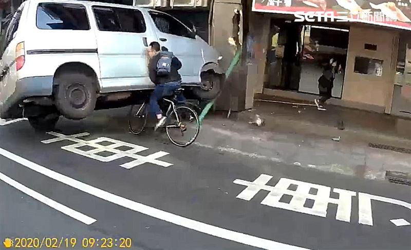 客貨車爆衝硬上單車男 驚悚影片曝光
