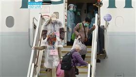 鑽石公主號首批106名港人 今早搭包機返港香港當局派往日本的包機20日早上接回鑽石公主號上首批106名港人,他們均通過檢測後陸續下機,直接被送去檢疫中心隔離14天。(取自政府新聞處視頻)中央社記者張謙香港傳真 109年2月20日