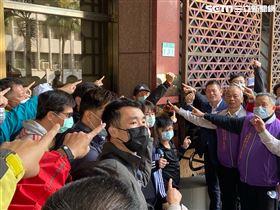 華映工會20多名成員赴台北地檢署對林郭文艷、林蔚山告發違反證交法、特別背信等罪。(圖/翻攝畫面)