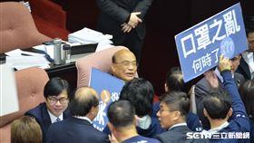 立法院開議,國民黨立委手拿「口罩之亂」舉牌(圖/國民黨提供)