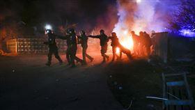 烏克蘭拒收隔離者 民眾抗議放火擋路,圖/美聯社/達志影像
