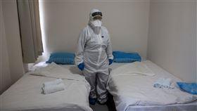 隔離,防護衣,武漢肺炎。(圖/路透社/達志影像)