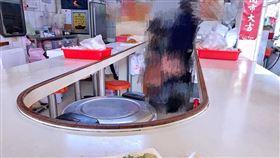 吃飯嗆到猛咳嗽!同桌「嚇到秒逃跑」 網笑:現在最強武器(圖/翻攝自爆廢公社臉書)