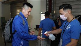 中華隊隊長陳盈駿接受手部消毒。(圖/中華籃協提供)
