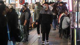 戴口罩逛夜市(1)中國爆發武漢肺炎疫情,延燒全球多國,台灣截至21日下午累計達26名確診病例,多數民眾出入公共場所都已習慣配戴口罩,晚間在台北寧夏夜市逛街民眾亦是口罩不離身。中央社記者吳家昇攝 109年2月21日
