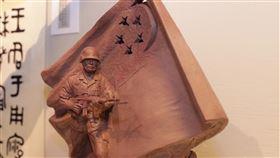 新加坡德光島國民服役雕塑 出自台灣雕塑家之手新加坡德光島軍人持槍站在飄揚國旗下蓄勢待發的巨型雕塑,是台灣雕塑家陳連山作品,圖為陳連山展出這座原創版「國民服役」雕塑模型。中央社記者黃自強新加坡攝 109年2月21日