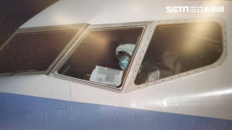 公主號包機抵台!機師穿隔離衣戴口罩