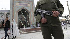 伊朗進行國會選舉,一名士兵守在投票站前。(圖/美聯社/達志影像)
