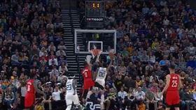 Jordan Clarkson一條龍壓哨上籃。(圖/翻攝自YouTube)