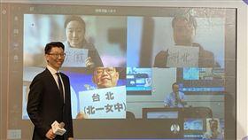 微軟展示遠距教學技術台灣微軟24日宣布攜手教育部打造遠距教學應用。圖為台灣微軟公共業務事業群總經理潘先國展示如何使用微軟技術進行遠距教學,與來自湖北、安徽等地的學生一起上課。中央社記者吳家豪攝 109年2月24日