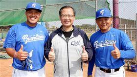 吳志揚會長關心張進德(左)選手並當面感謝洪一中總教練(右)。(圖/中華職棒提供)