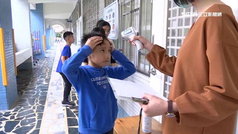 國小開學備戰 6樓梯口設體溫站防疫