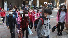 開學了 戴口罩出門25日是高中以下學校開學日,許多小朋友主動戴上口罩到學校上課。中央社記者張新偉攝 109年2月25日