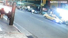 劉男等人在西門町遭當街砍殺(翻攝畫面)