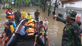 大雅加達地區再度淹水印尼大雅加達地區24日晚間豪雨不斷,再度造成許多地區嚴重淹水,印尼國軍25日出動橡皮艇救出災民。(印尼國家災害應變總署提供)中央社記者石秀娟雅加達傳真 109年2月25日