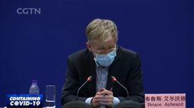 武漢肺炎疫情持續延燒,先前傳出美國藥廠吉立亞(Gilead Sciences)研發抗冠狀病毒的藥物「瑞德西韋」(Remdesivir)成功治癒確診個案後,各國也積極投入藥物合成作業。世界衛生組織(WHO)官員艾爾沃德(Bruce Aylward)日前在北京出席記者會時表示,瑞德西韋可能是目前唯一有療效的藥物;此話一出,讓吉立亞的股價在24日上漲近5%。(圖/翻攝自央視直播)