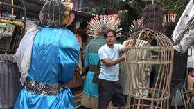 巴達維亞人偶 印尼原住民巴達維亞文化象徵在雅加達中區ondel-ondel製作巴達維亞人偶的冷戈說,雅加達省政府想要禁止巴達維亞人偶街頭演出,可能會加速巴達維亞文化的失落。中央社記者石秀娟雅加達攝  109年2月25日