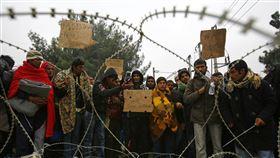 難民被擋在希臘邊界外。 (圖/路透社/達志影像)