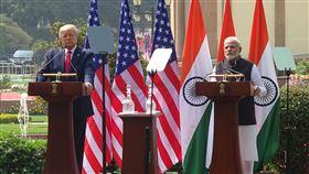 莫迪與川普會談後 召開聯合說明會印度總理莫迪(右)與美國總統川普(左)25日上午會談後,於中午過後主持聯合說明會,向外界說明雙方會談成果。中央社記者康世人新德里攝  109年2月25日