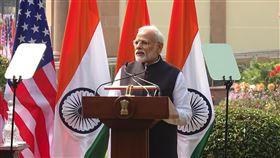 莫迪:美印國防合作重要印度總理莫迪(右)25日與美國總統川普在海得拉巴宮會談後共同主持聯合說明會。莫迪表示,國防合作在美印戰略夥伴關係中非常重要。中央社記者康世人新德里攝  109年2月25日