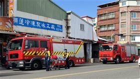 台東市中正路老牌製冰廠今天清晨再度氨氣外洩,刺鼻味道持續到上午9時,消防局2部水車在一旁待命,環保單位也派人前往稽查將開出重罰。