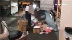 清點貨物起糾紛 物流司機把包裹往車外狂丟