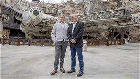 媒體娛樂巨擘迪士尼公司執行長艾格(左)帶領公司成為無庸置疑的好萊塢龍頭後,今天正式交棒給效力迪士尼27年的包正博(右)。(圖/翻攝自twitter.com/Disney)