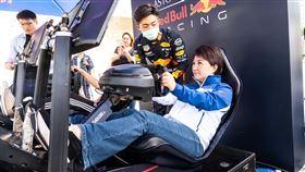▲台中市長盧秀燕就近欣賞F1賽車英姿。(圖/主辦單位提供)