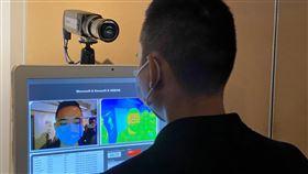 微軟展示口罩與體溫檢測裝置台灣微軟26日攜手生態系夥伴,展示「口罩與紅外線溫度一站式檢測裝置」,可偵測體溫超標或未戴口罩的員工,協助醫院或企業掌握員工健康狀況。中央社記者吳家豪攝 109年2月26日