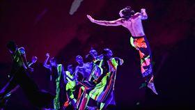 雲門舞集十三聲 前進歐洲3國巡演雲門舞集藝術總監鄭宗龍帶著自己編導的作品「十三聲」前往法國、英國及瑞典演出,舞台上舞者穿著象徵台灣街頭霓虹色彩般的螢光舞衣,真槍實彈唱著乩咒,舞者拍手、跺地、踩踏、吟誦、哼唱,展現街上常民奮力求生的姿態。(雲門舞集提供)中央社記者趙靜瑜傳真 109年1月10日