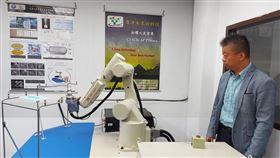 台科大團隊利用大氣電漿技術,搭配機械手臂和自動化設備,打造拋棄式口罩清潔機台,20秒鐘就能讓口罩滅菌、消除異味,延長口罩使用壽命。