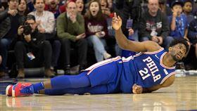 NBA/七六人慘!推特王左肩傷了 NBA,費城七六人,Joel Embiid,Ben Simmons,受傷 翻攝自推特