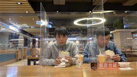 因應開學防疫  台科大餐廳增設隔板因應武漢肺炎疫情,台灣科技大學在餐廳區加設透明隔板,並推廣餐桌勿語運動,加強校園防疫。(台科大提供)中央社記者許秩維傳真  109年2月27日