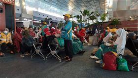 原定副朝覲印尼旅客 在機場無法啟程沙烏地阿拉伯為防新型冠狀病毒入侵,27日宣布暫時禁止外國旅客入境副朝覲,有超過千名旅客在雅加達蘇卡諾哈達國際機場等待啟程,卻被通知班機取消。(印尼民眾赫尼提供)中央社記者石秀娟雅加達傳真 109年2月27日