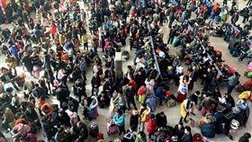 春運估達30億人次 中國官方:千方百計增加運力被稱為「地球上最大規模的人口遷徙」中國春節運輸(春運)即將登場。中國官方預估2020年春運將達30億人次。圖為2019年春運的福州火車站候車室。(中新社提供)中央社 108年12月19日