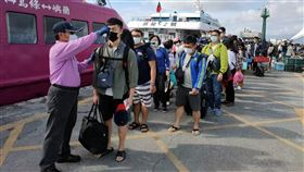 上千旅客湧入綠島蘭嶼 登船前先量體溫二二八連假首日,上千名旅客湧入綠島、蘭嶼,旅客登船前需逐一量體溫。中央社記者盧太城台東攝 109年2月28日
