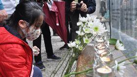 宜蘭追思二二八 民眾獻花致意二二八事件屆滿73週年,宜蘭縣的追思紀念活動28日在宜蘭運動公園二二八紀念園區舉行,許多民眾前往獻花,向當年受難者致意。中央社記者沈如峰宜蘭縣攝 109年2月28日
