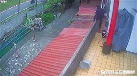 潘姓警員為了追緝陳姓慣竊,從宮廟2樓跳下後摔斷手肘。(圖/翻攝畫面)