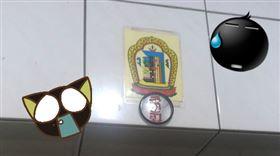 買房看到大門上奇怪的鏡子與照片,引發網友熱烈回應。(圖/翻攝自買房知識家Q你的A)