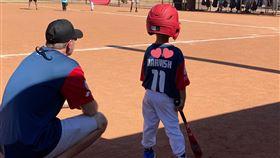 ▲達比修次子人生首場棒球賽超萌。(圖/翻攝自達比修聖子推特)