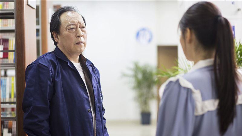 61歲男星拍戲不適!痛苦捂胸畫面曝