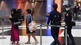 台北車站大廳防疫 警察巡邏防群聚武漢肺炎疫情嚴峻,台北車站大廳禁止民眾席地而坐及群聚,警察1日上午在北車大廳巡邏,避免民眾群聚。中央社記者林俊耀攝 109年3月1日