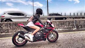 桃紅色系重機女騎士的美腿穿迷你裙格外吸睛。(圖/翻攝自王晨飄IG)
