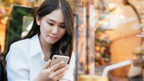 圖/台灣之星電信提供,滑手機,iphone11