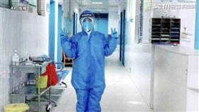 ▲▼中國河南一名女護理師,時隔26天後回家卻只能隔門與兒子互動。(圖/AP 授權)